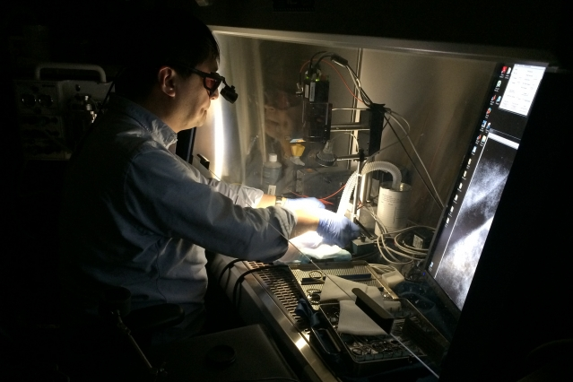 A Massachusetts General Hospital surgeon demonstrates the Lincoln Laboratory's near-infrared fluorescence imaging (NIRF) system. The system's camera detects probes attached to tumors, and displays their
