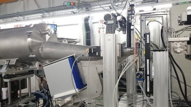 The PSI synchrotron radiation facility in Switzerland. To the left is the beamline that sends out the X-rays. The sample is attached to the small copper plate slightly to the right, and in the right-hand corner is the detector. Credit: Jenny Andersson